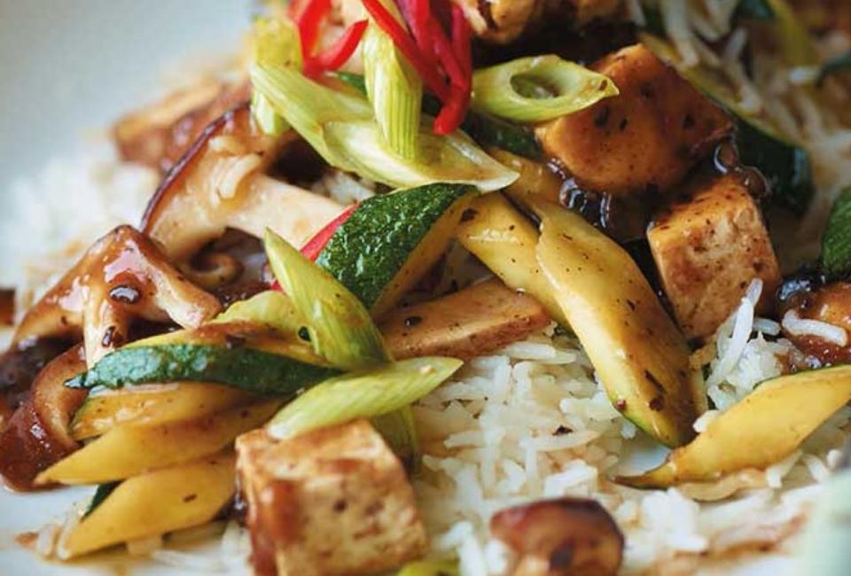 Rijst met shiitake en tofu in zwarte bonensaus