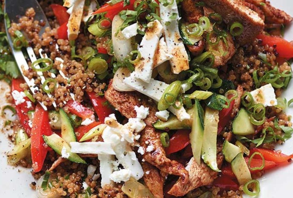 Roerbak met quinoa, kip en courgette